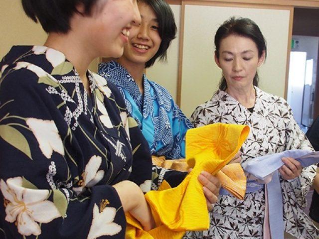 「浴衣の着付けを覚えよう!」 中学生・高校生が浴衣の着付けを習う場を計画しました! 結婚式の着付けを行うプロの方々にご協力いただき、ガールスカウトは友人を誘って、共に日本の伝統的な文化を身につけました。 (長野県北信地区協議会)