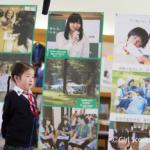 インタビューを受ける小学校低学年の少女