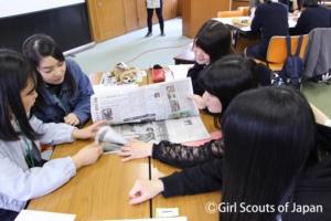 新聞記事を調べる高校生たちの写真